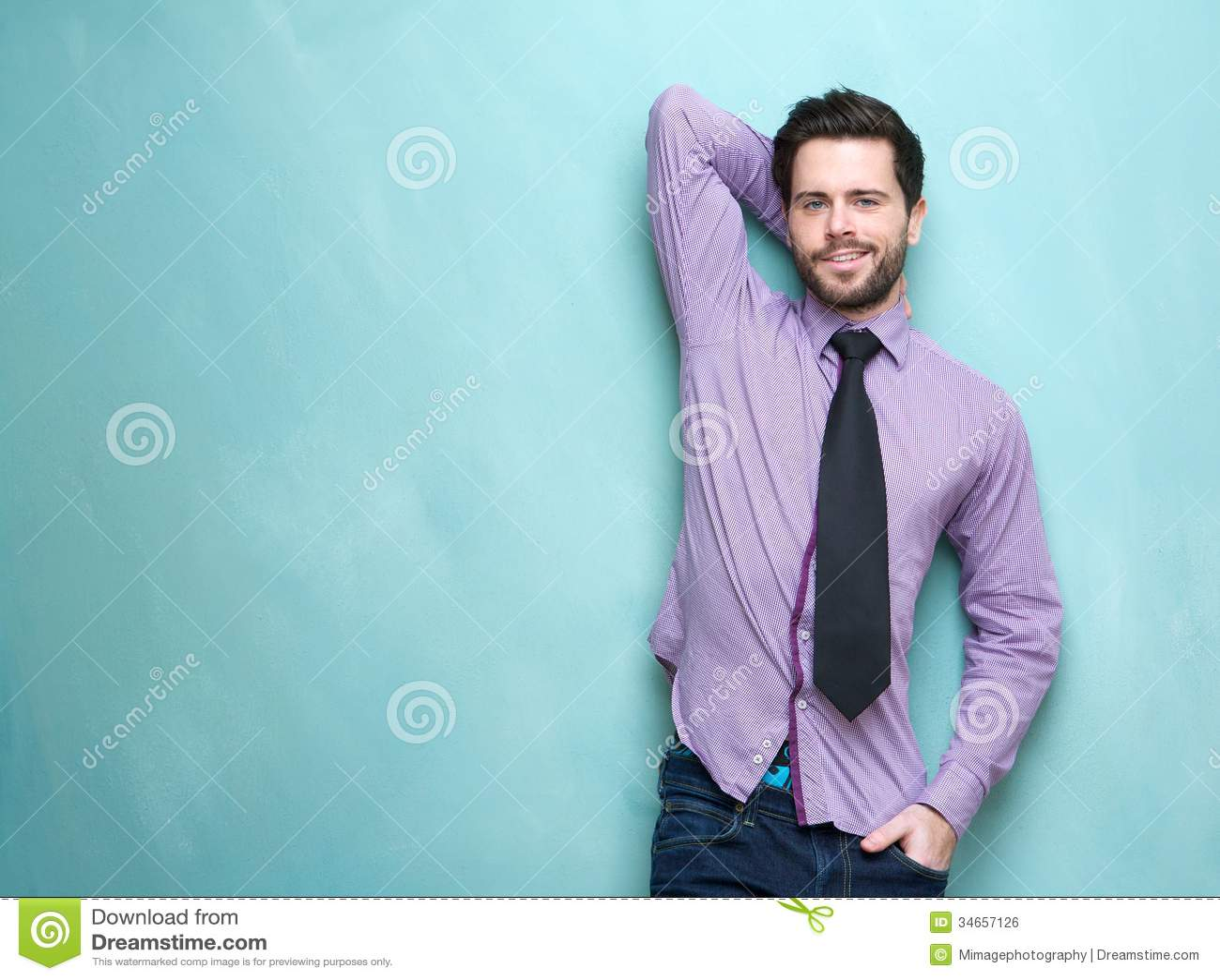 Giovane uomo bello di affari con la cravatta