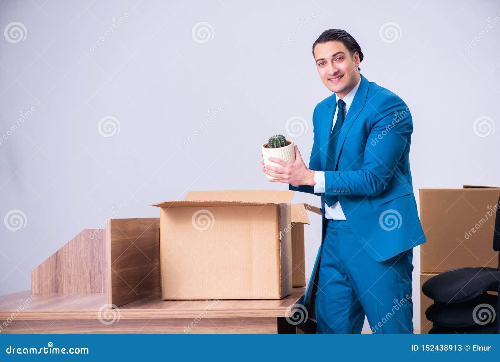 Giovane uomo d affari bello che è infornato dal suo lavoro