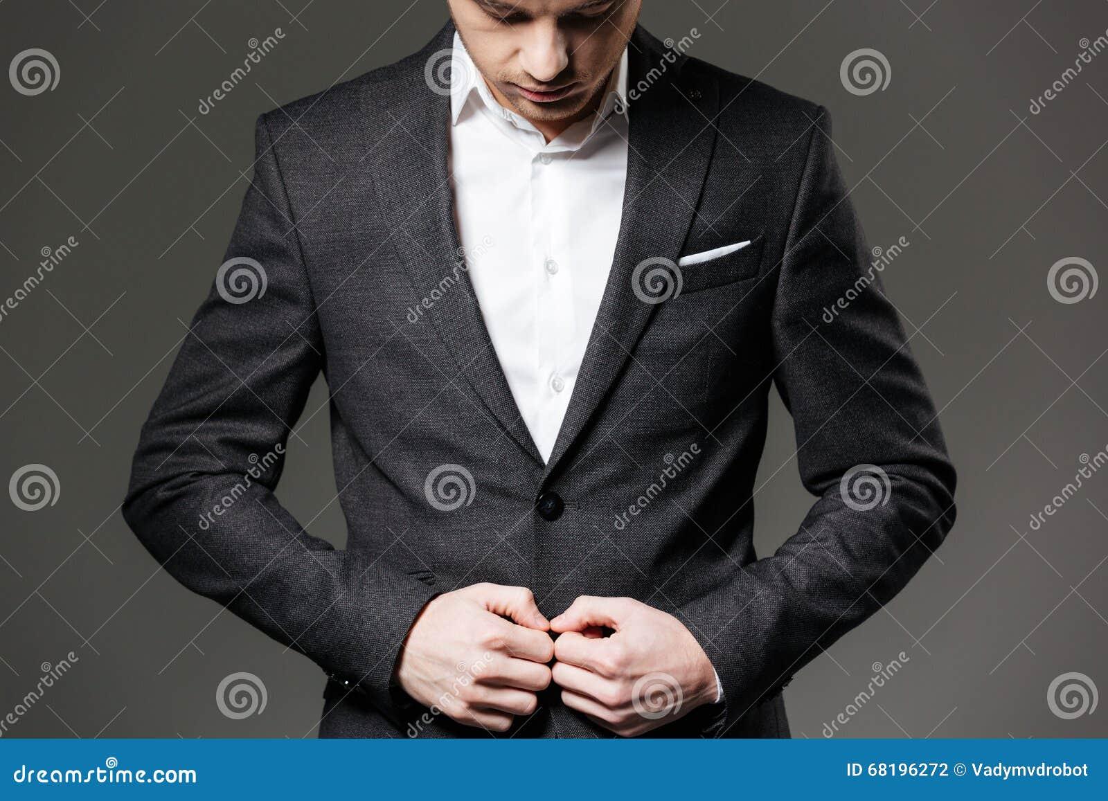 Abito nero e camicia bianca