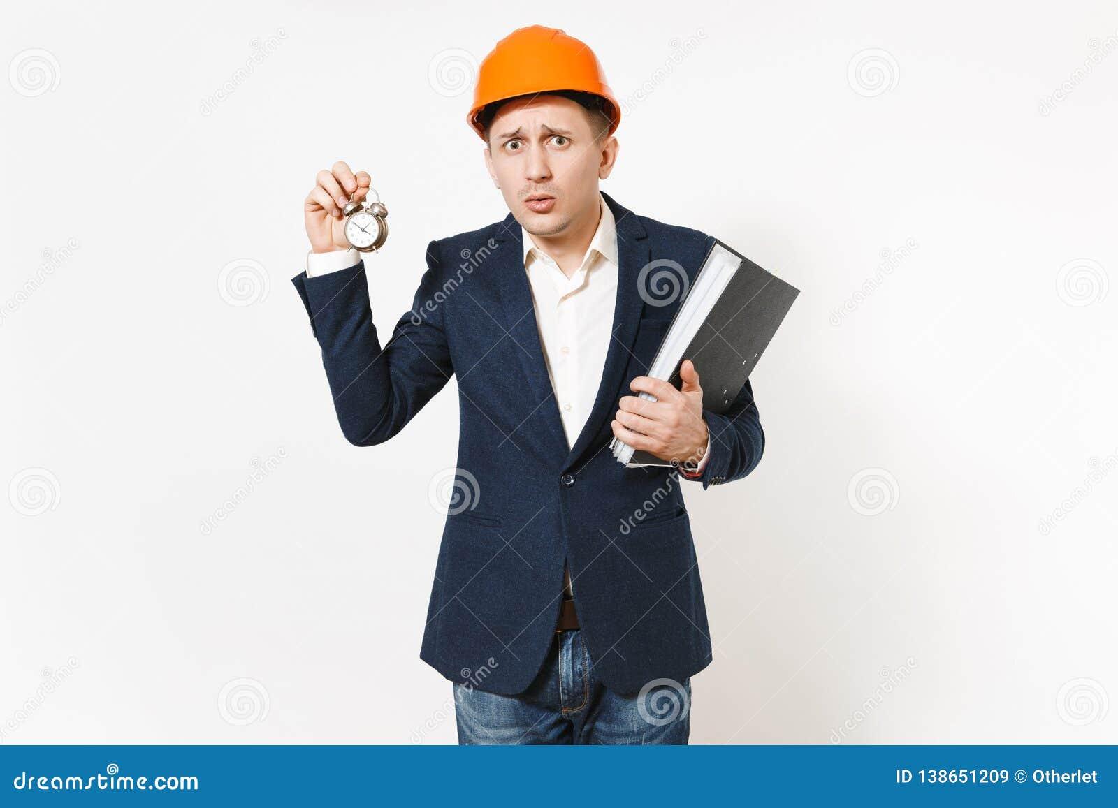 Giovane uomo d affari interessato in vestito scuro, elmetto protettivo protettivo tenenti cartella nera per il documento di carte