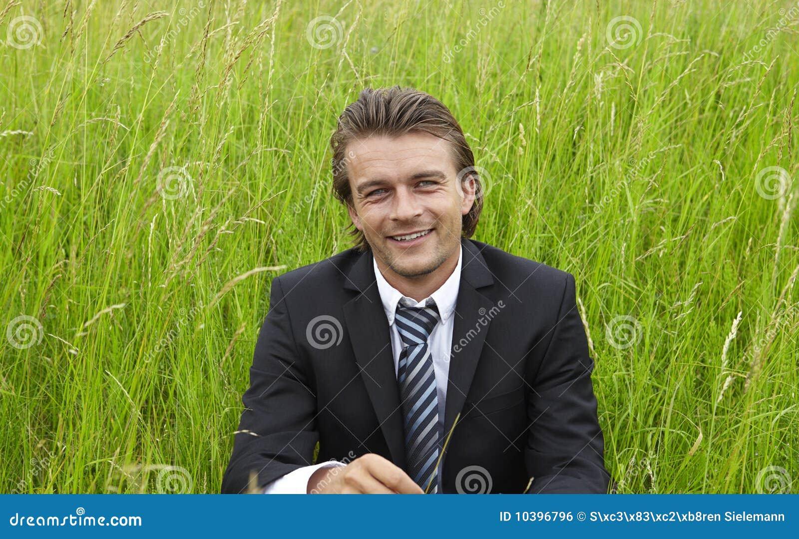 Giovane uomo d affari nei campi