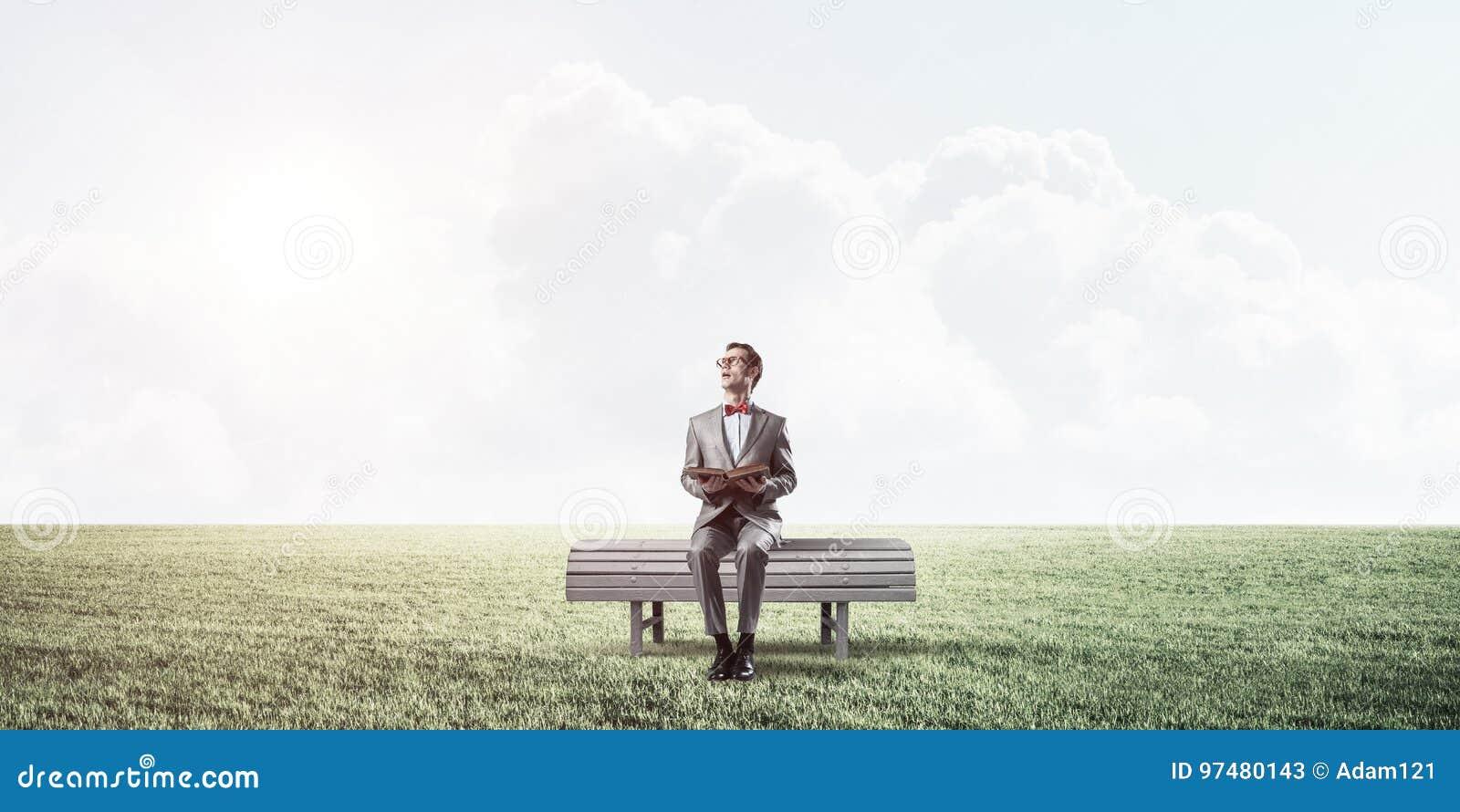 Giovane uomo d affari o studente che studia la scienza nel parco di estate