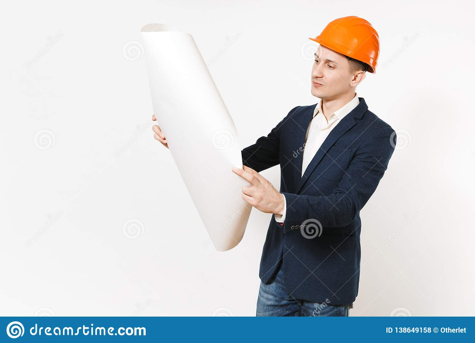 Giovane uomo d affari pensieroso bello in vestito scuro, piano di svolgimento del modello del casco arancio protettivo della cost