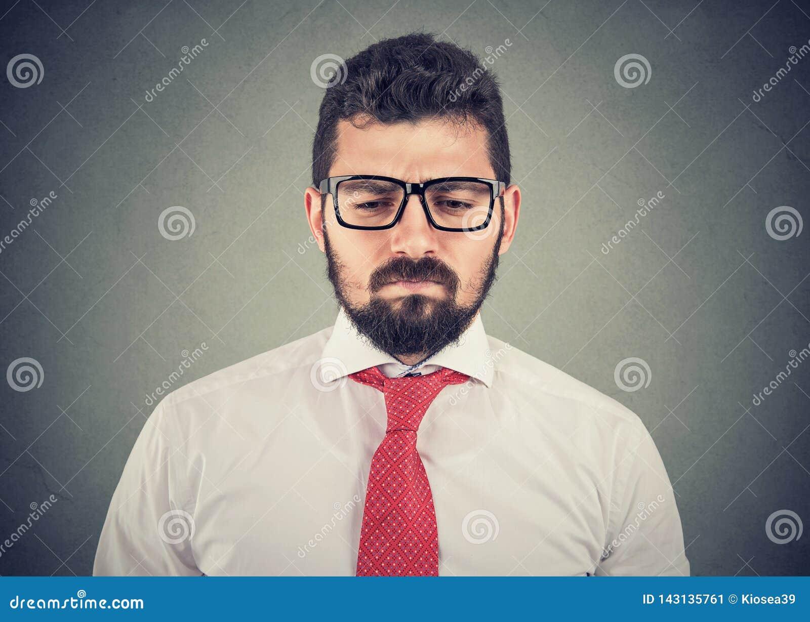 Giovane uomo d affari preoccupato premuroso triste