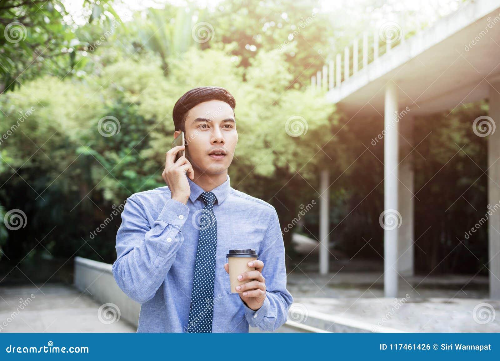 Giovane uomo d affari Talk di motivazione via Smartphone mentre outd della passeggiata