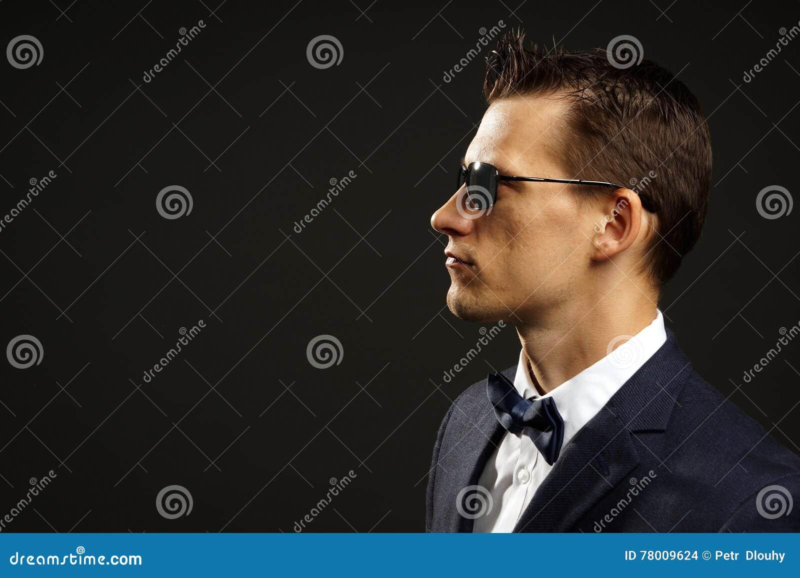 Giovane uomo d affari in vestito