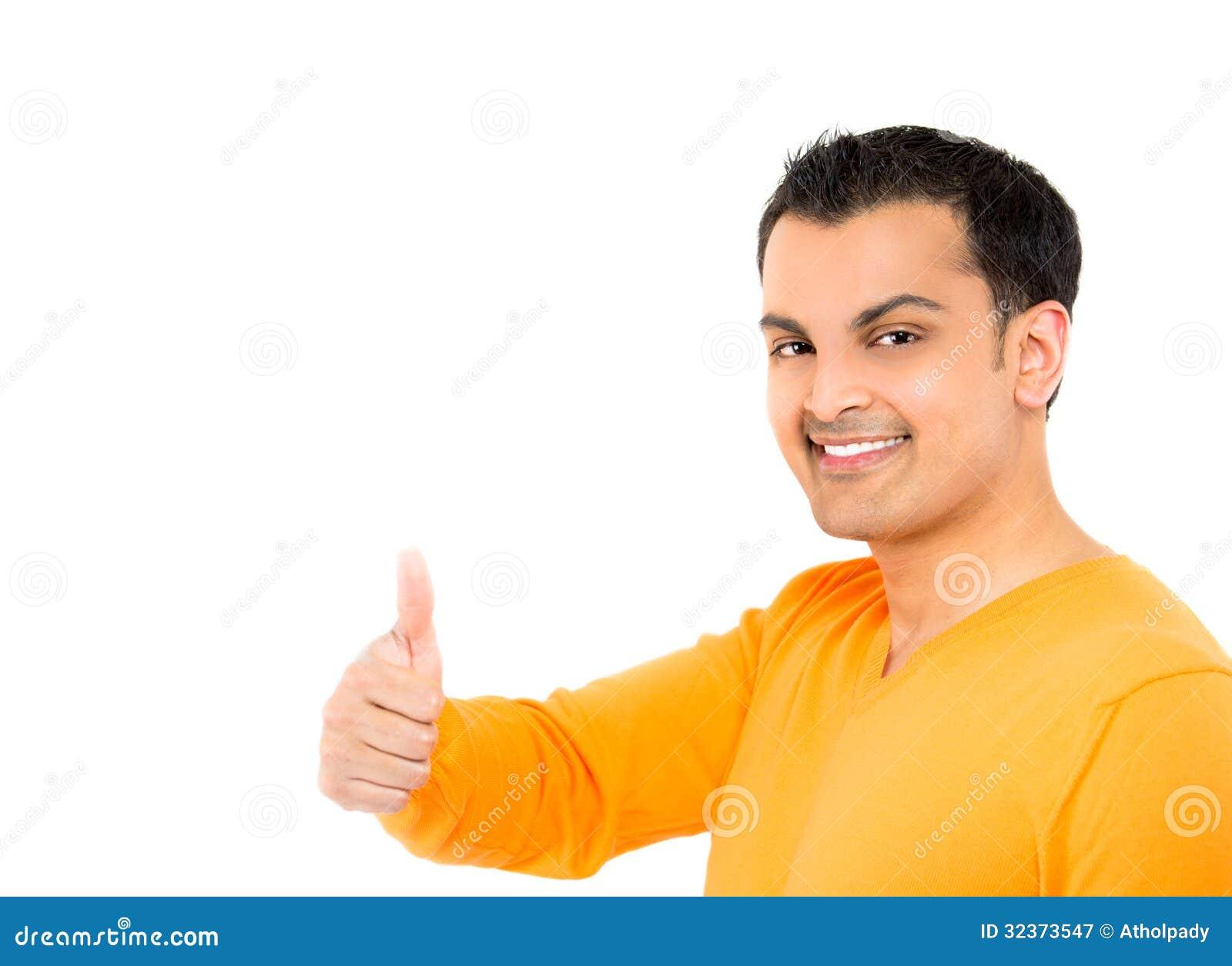 Giovane uomo felice con i pollici su