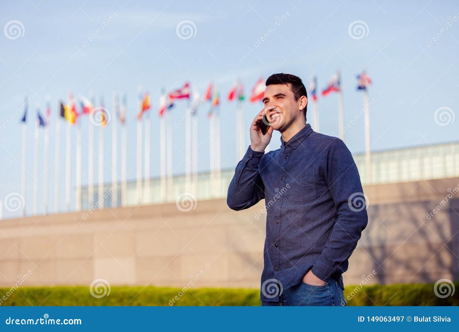 Giovane uomo felice dello studente accettato per del cambio sull estero