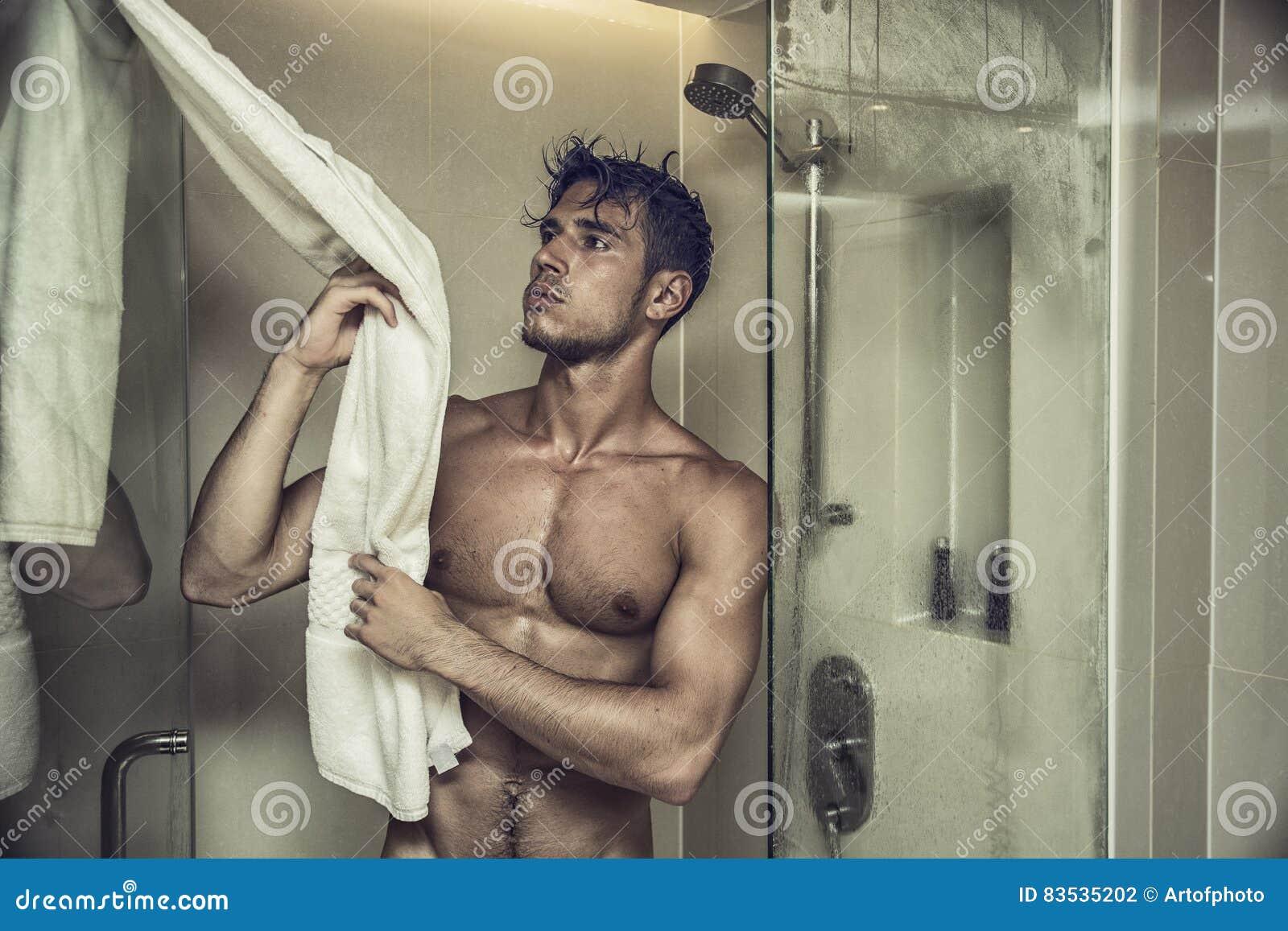 Nudo adolescenza in il doccia