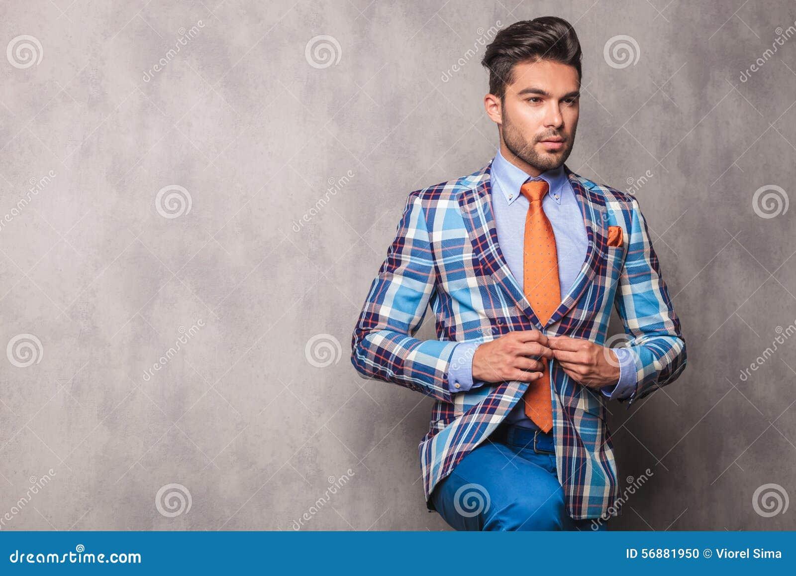 Giovane uomo pensieroso di affari che chiude il suo rivestimento