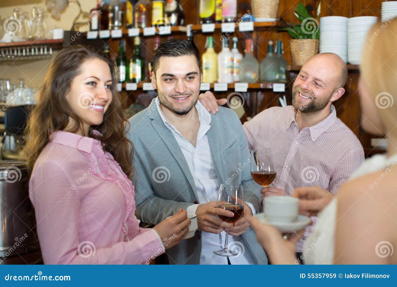 Giovani adulti felici alla barra