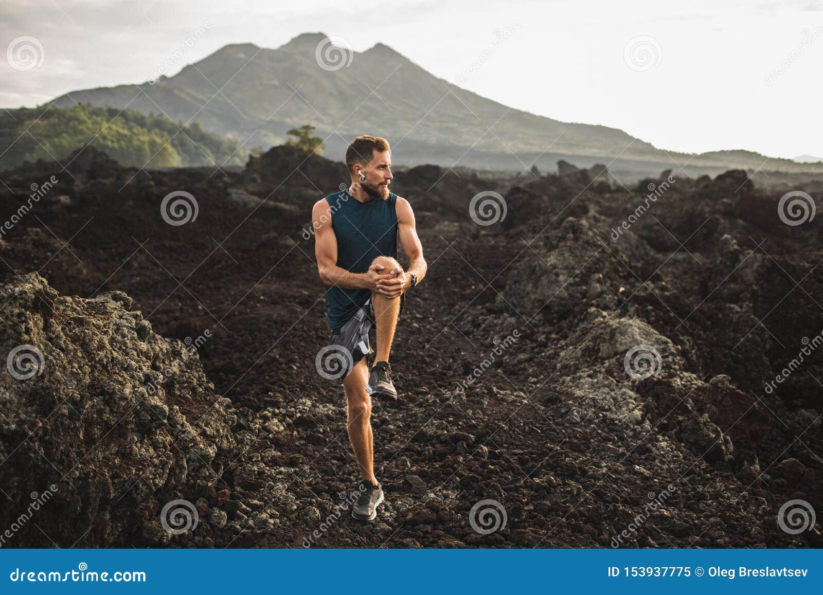 Giovani allungamento e riscaldamento del corridore per correre
