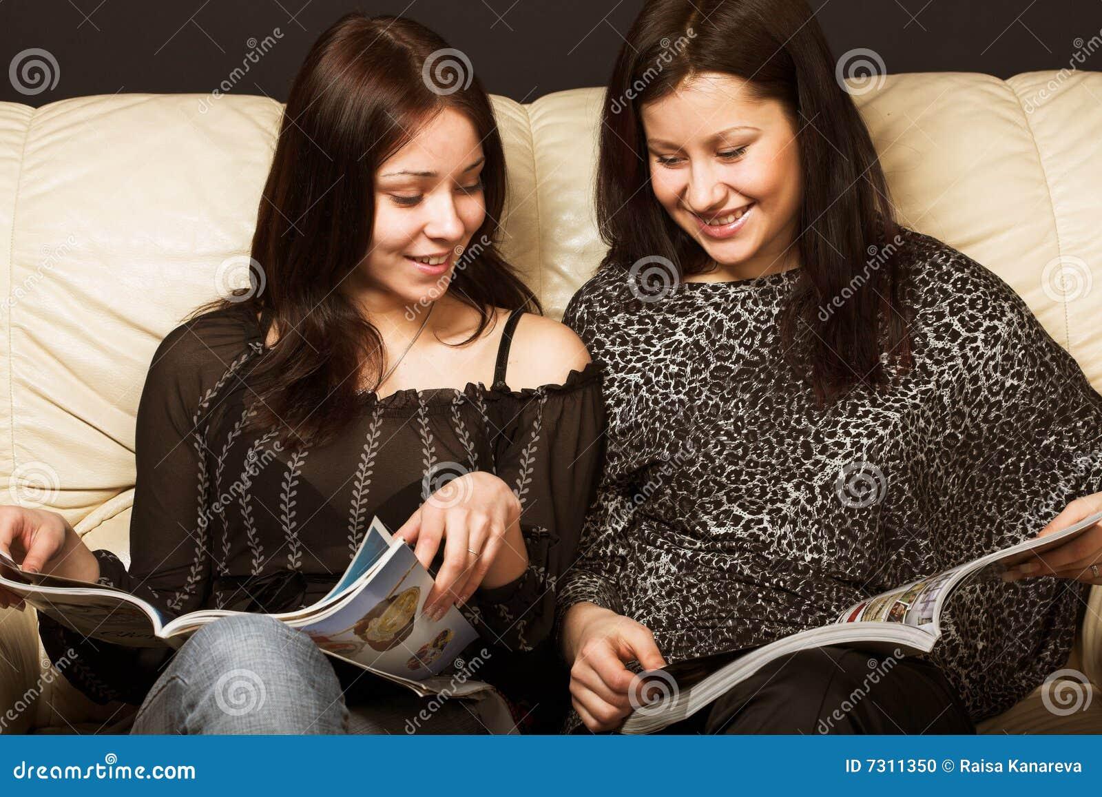 Giovani amiche che leggono scomparto