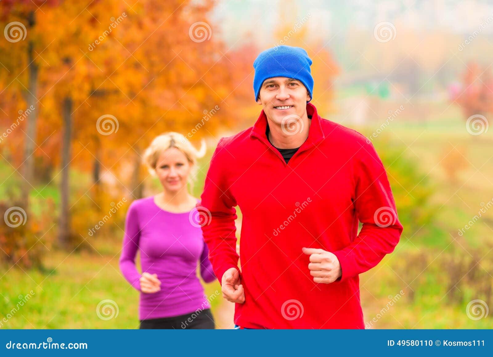 Giovani atleti della coppia sposata sul trotto