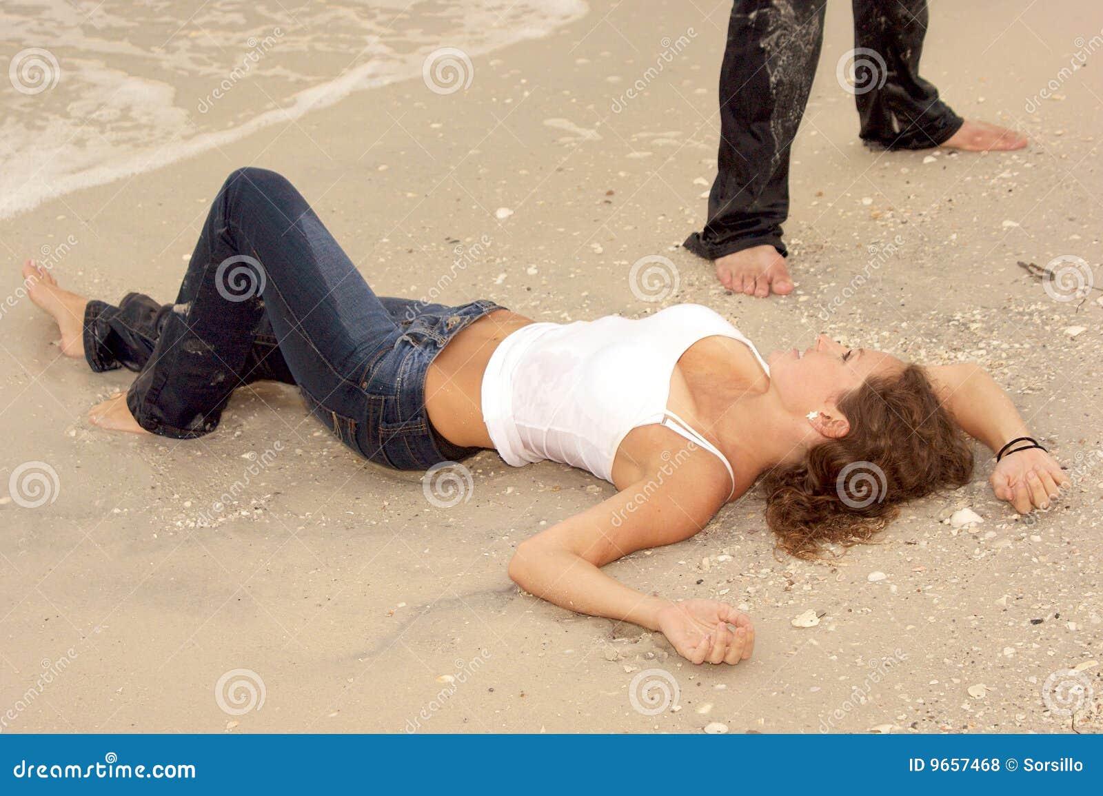 Giovani bagnati sexy della donna dei bei jeans della spiaggia