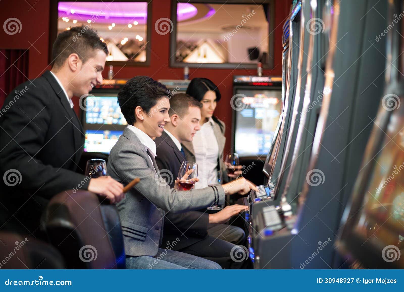 Giovani che giocano nel casinò sugli slot machine