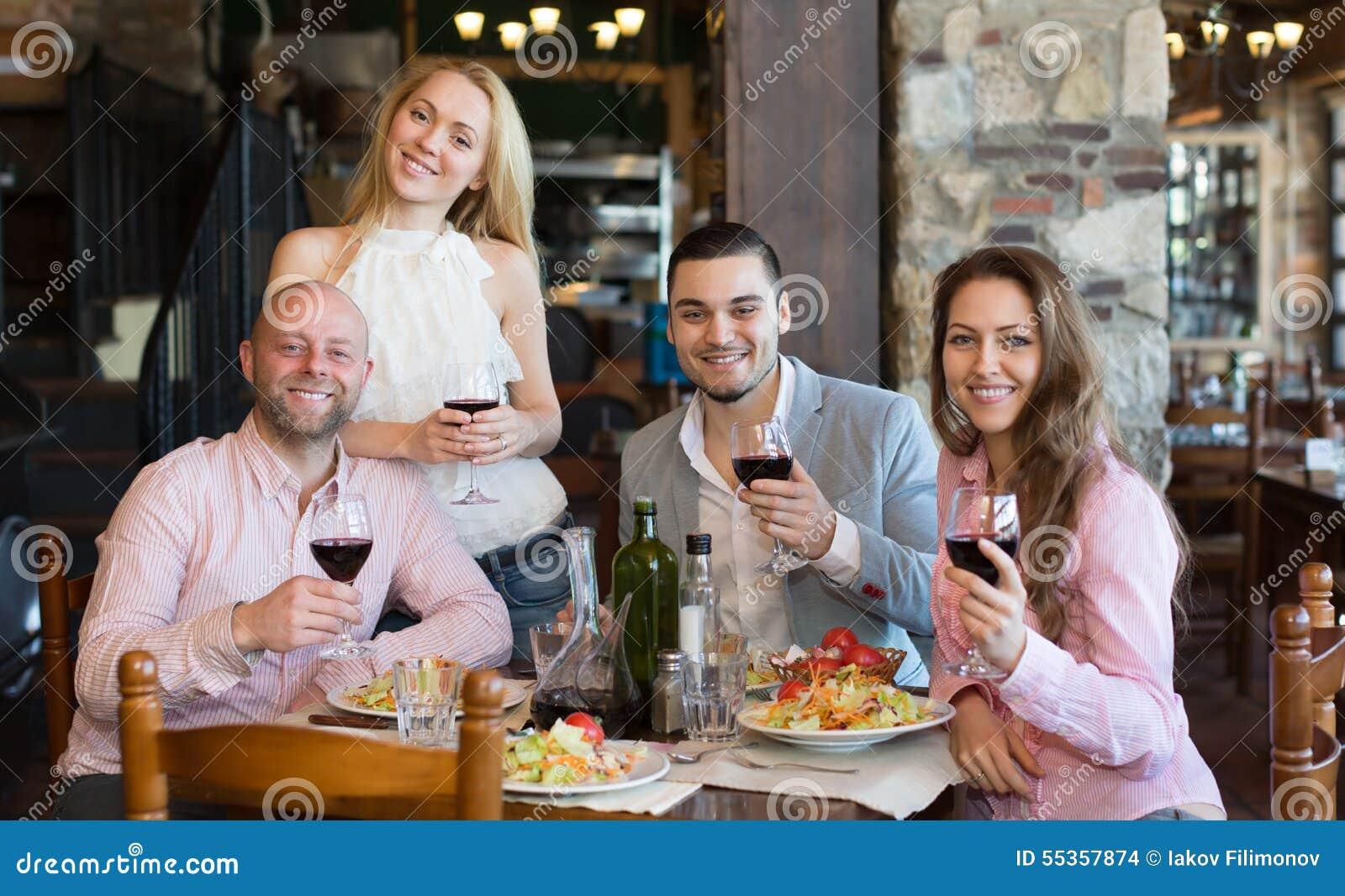 Giovani che godono dell alimento alla locanda
