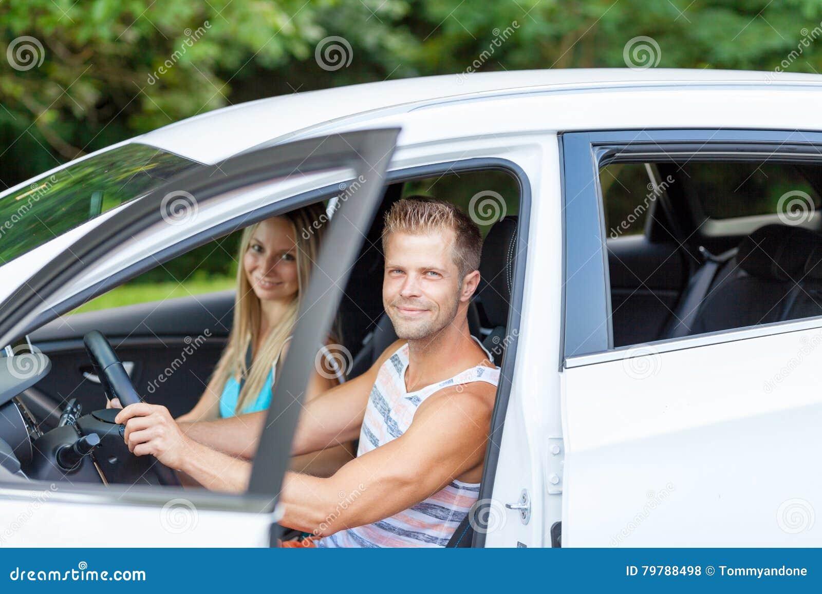 Giovani che godono di un roadtrip nell automobile