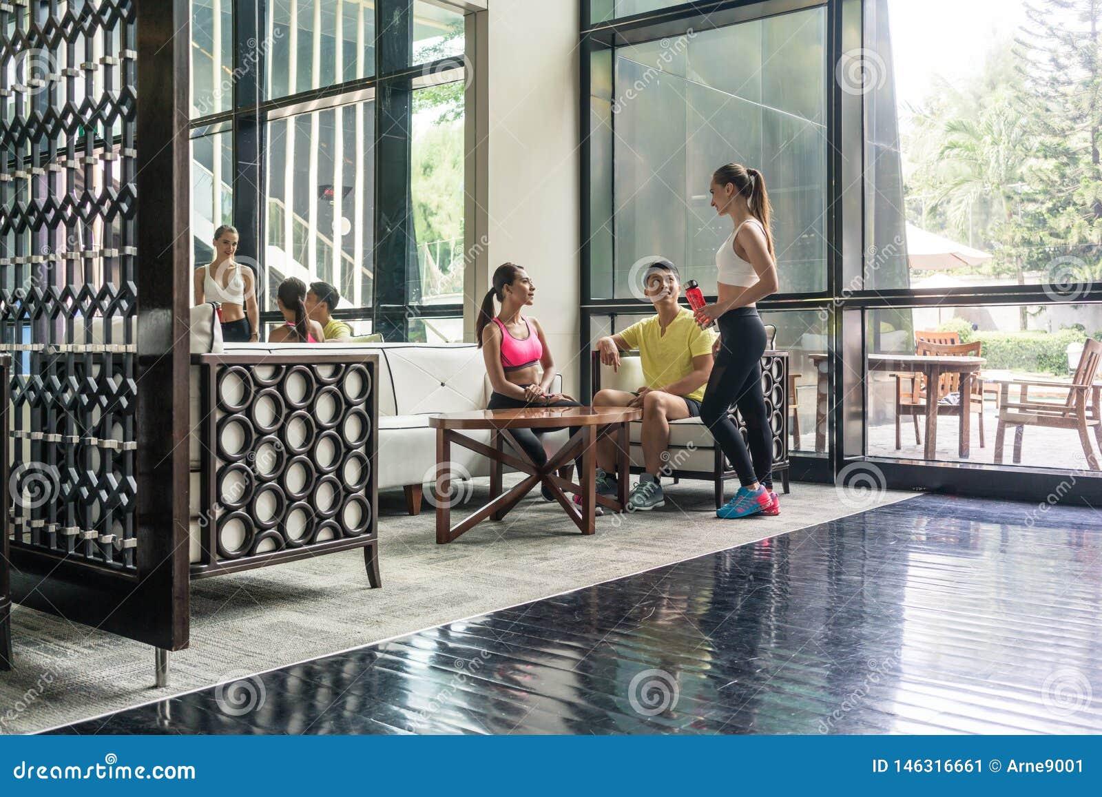 Giovani che socializzano nell area del salotto di un club di salute d avanguardia