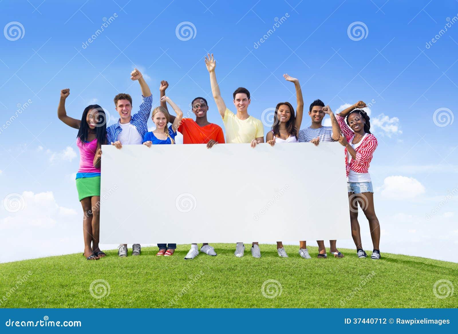 Giovani con il cartello