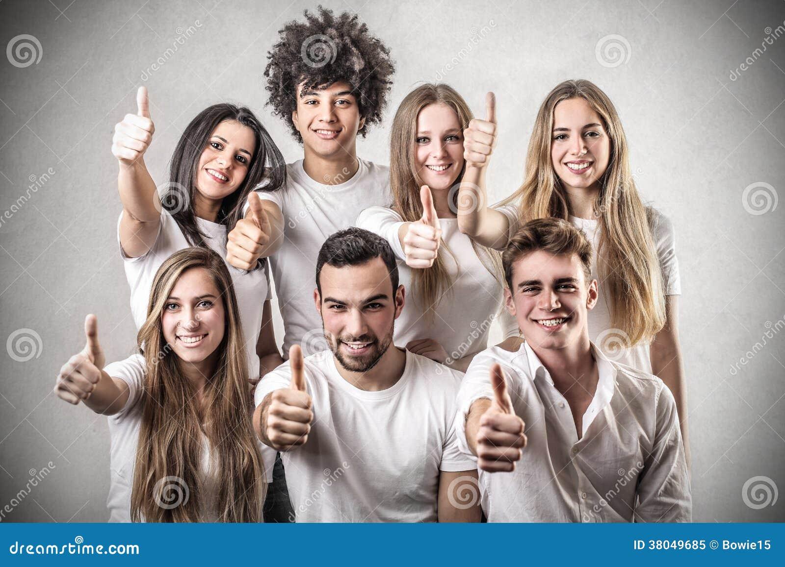 Giovani con il loro pollice su