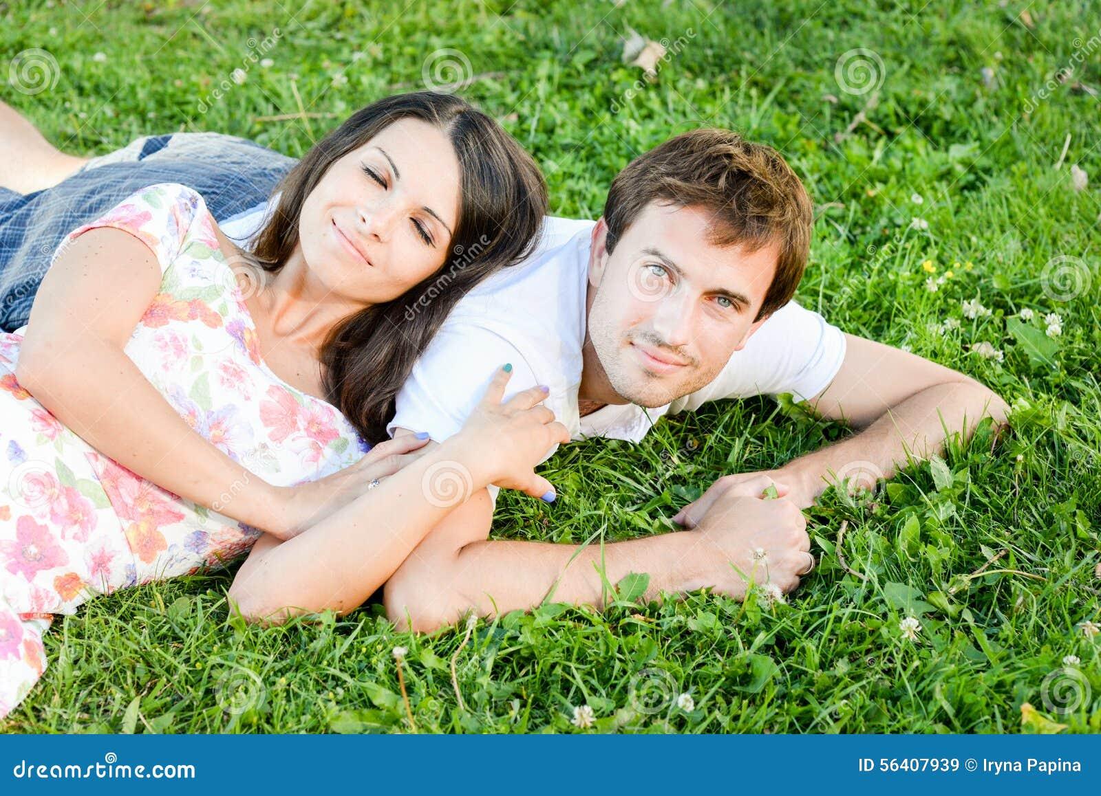 Giovani coppie amorose felici all aperto