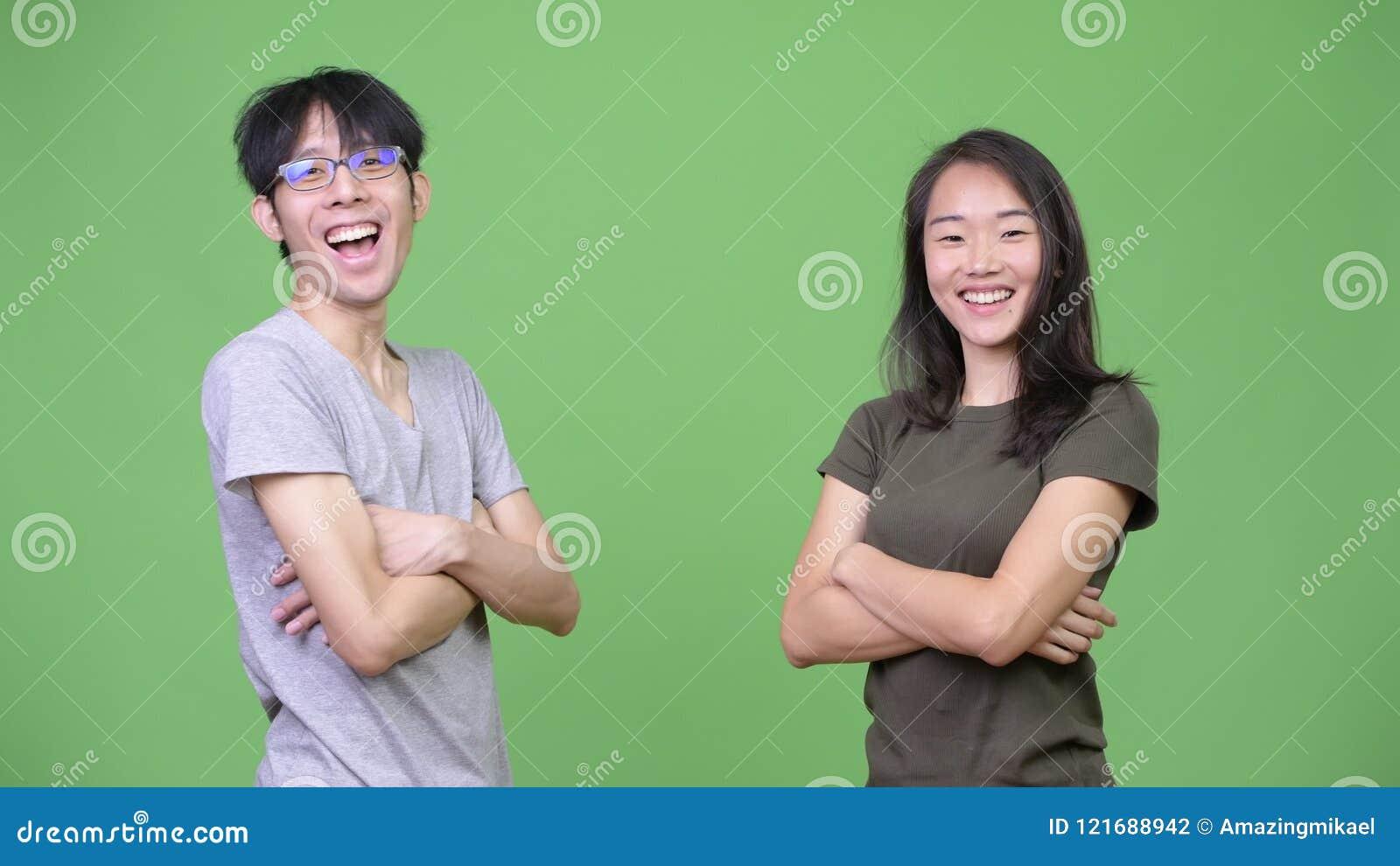 Giovani coppie asiatiche che danno livello cinque video d archivio