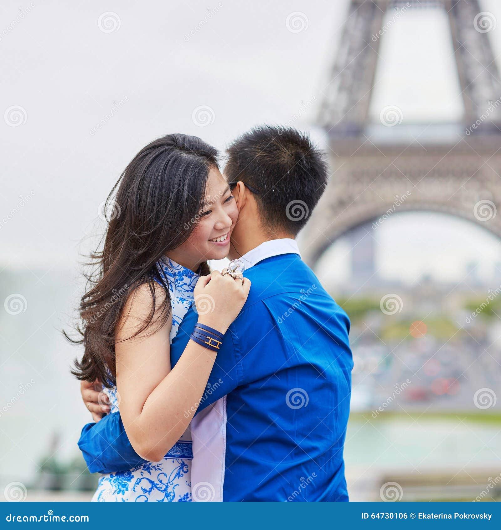 Giovani coppie asiatiche che hanno una data vicino alla torre Eiffel, Parigi, Francia