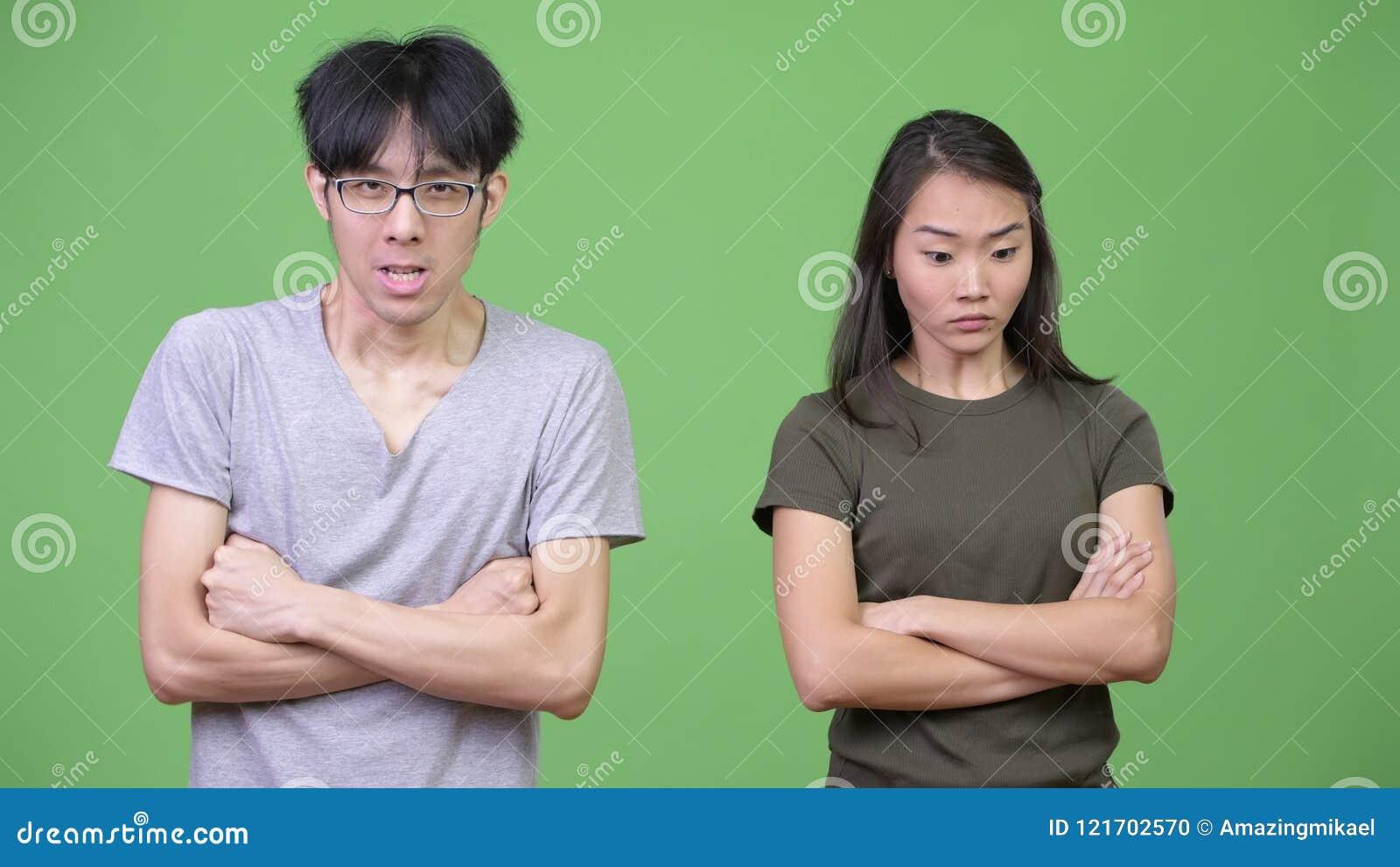 Giovani coppie asiatiche che si arrabbiano insieme archivi video