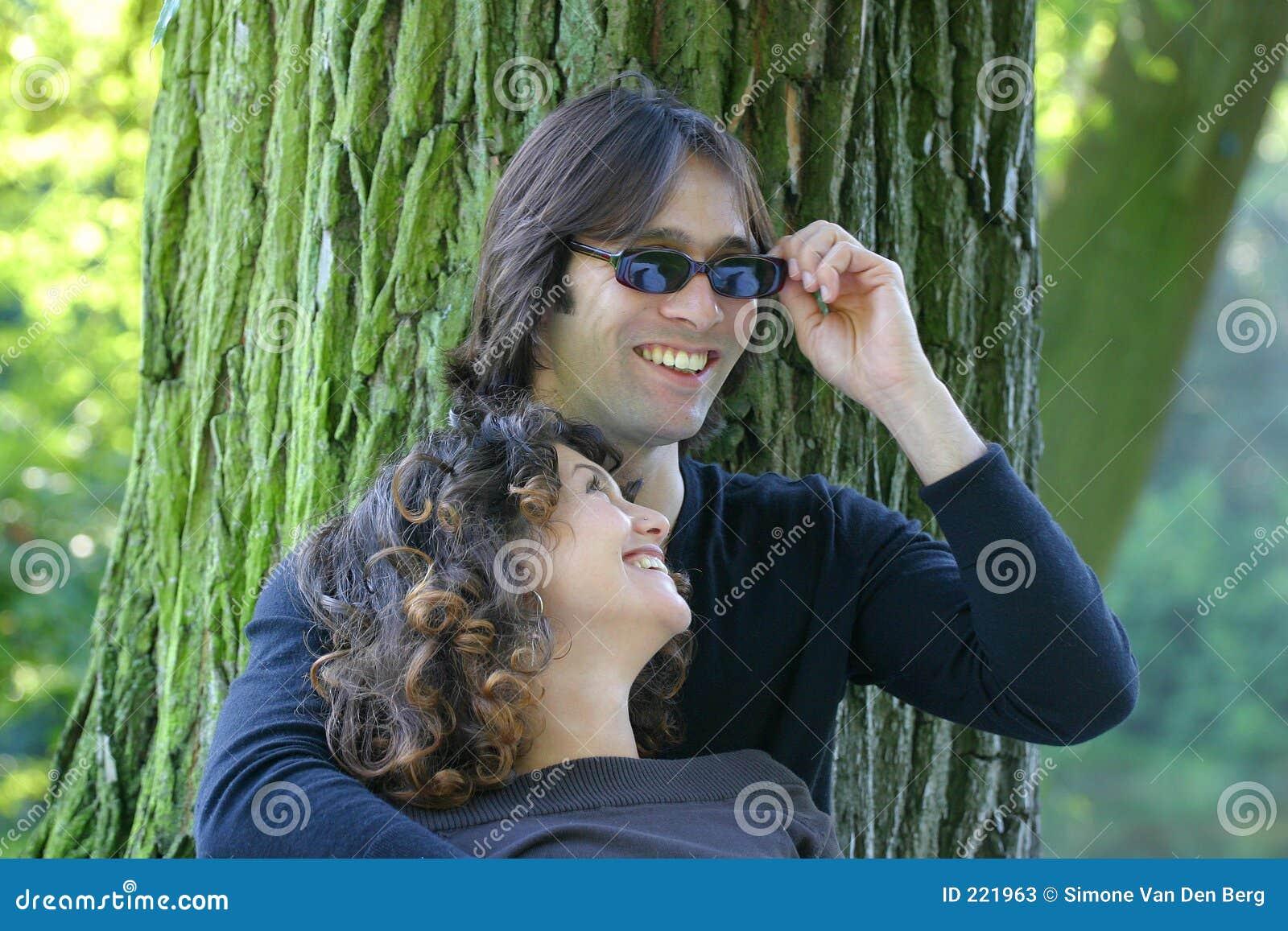 Giovani coppie attraenti che hanno divertimento