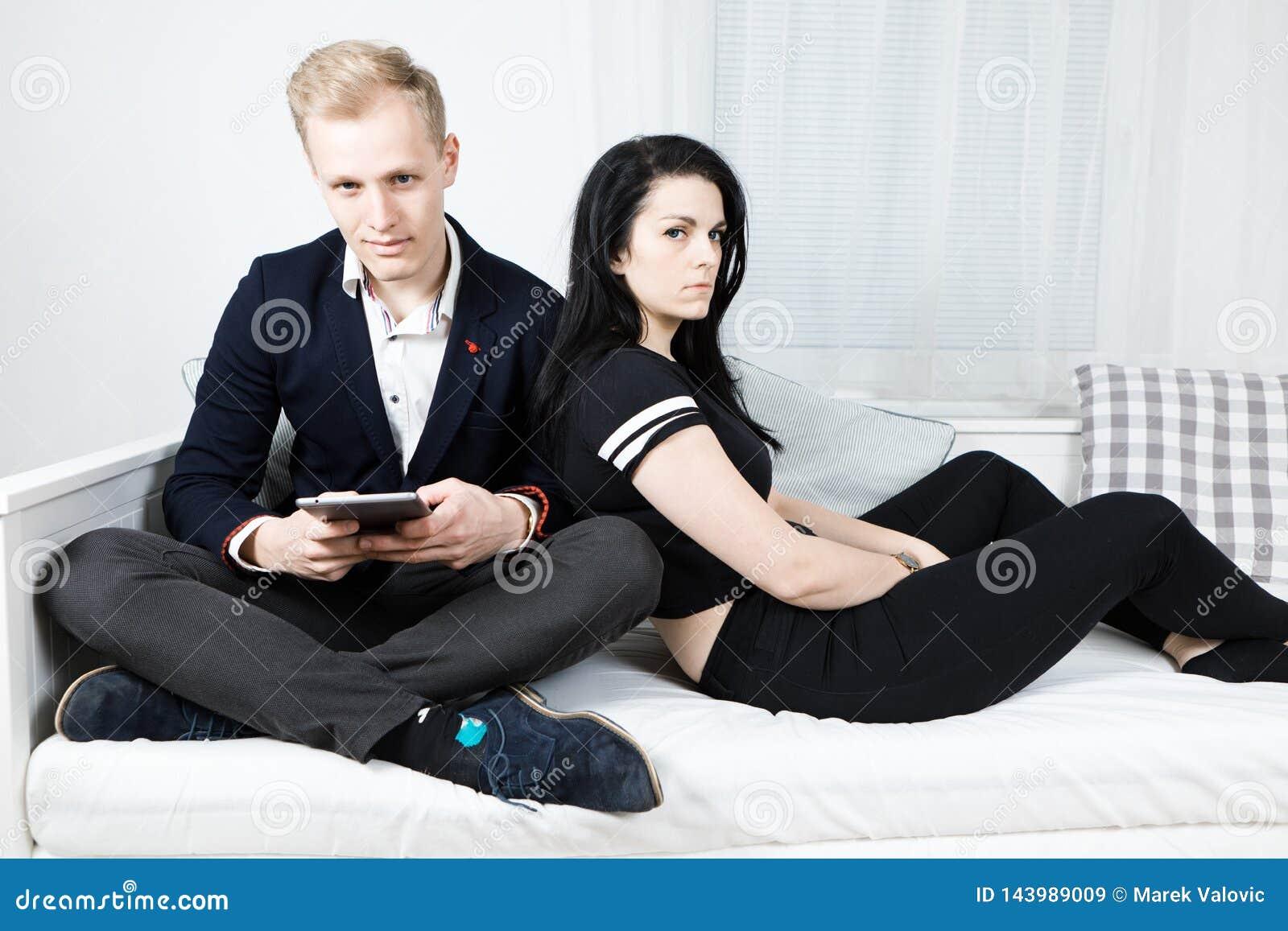 Giovani coppie attraenti di affari nell amore che lavora dalla casa
