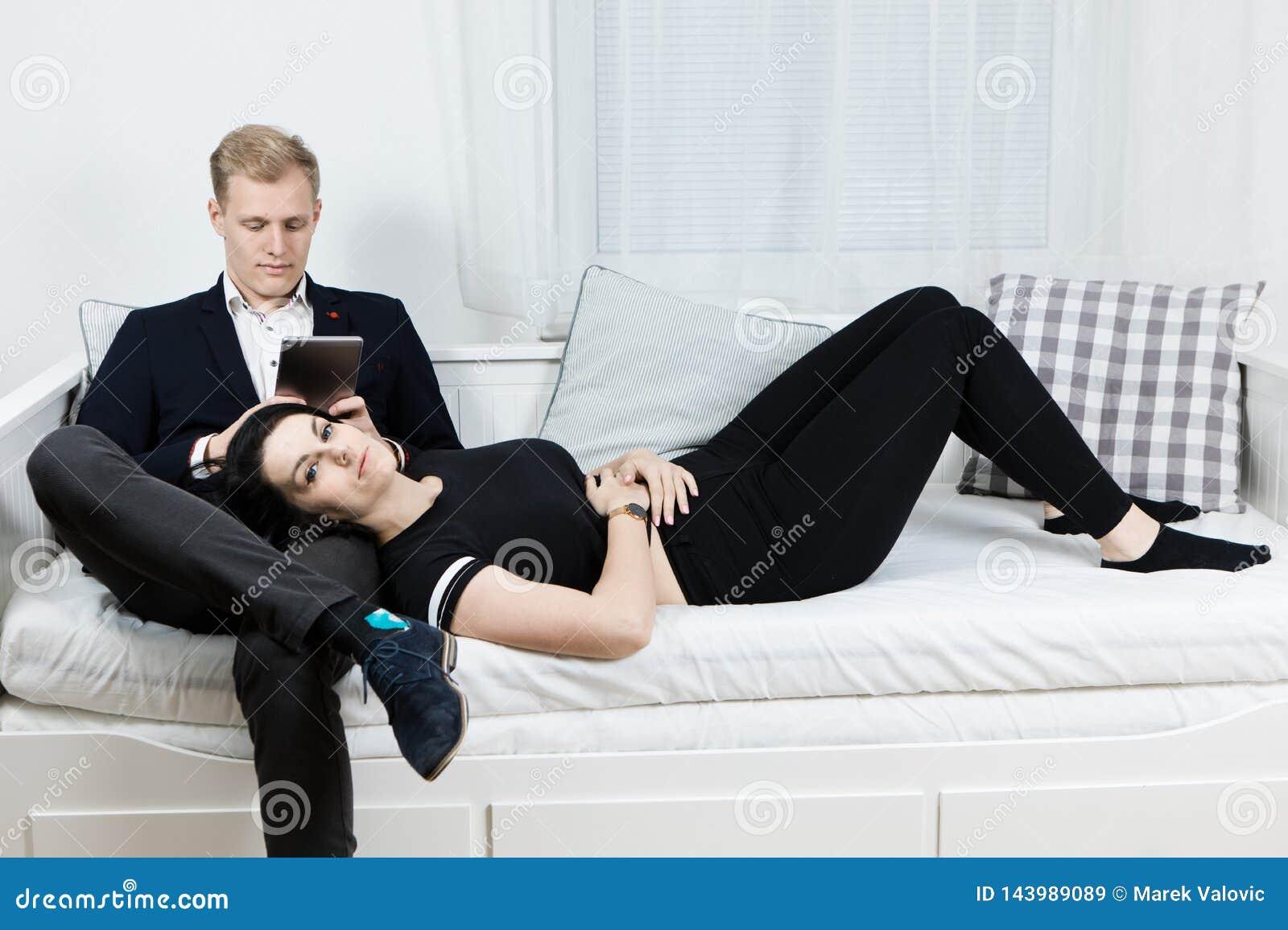 Giovani coppie attraenti di affari nell amore - trovandosi sul letto