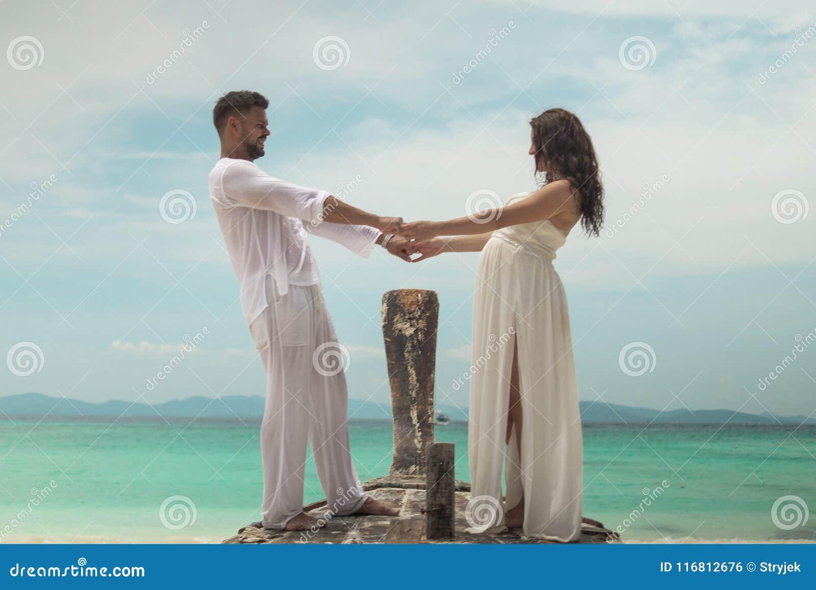 Giovani coppie attraenti sull isola tropicale
