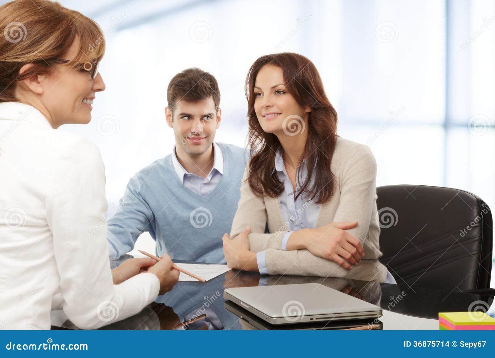 Download Giovani Coppie Che Discutono Piano Finanziario Con Il Consultat Fotografia Stock - Immagine di felice, assicurazione: 36875714
