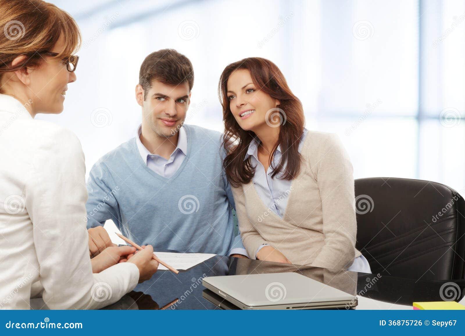 Download Giovani Coppie Che Discutono Piano Finanziario Con Il Consultat Fotografia Stock - Immagine di coppie, documento: 36875726