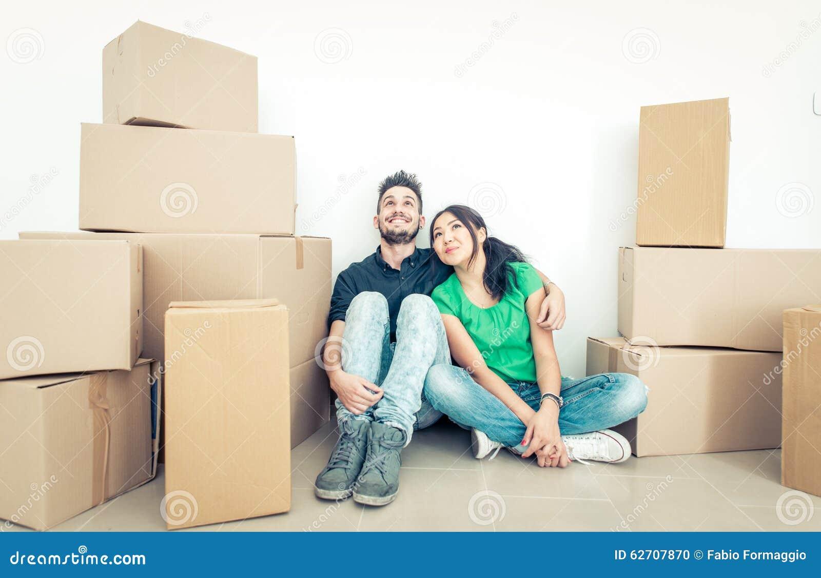Giovani coppie che entrano nel nuovo appartamento