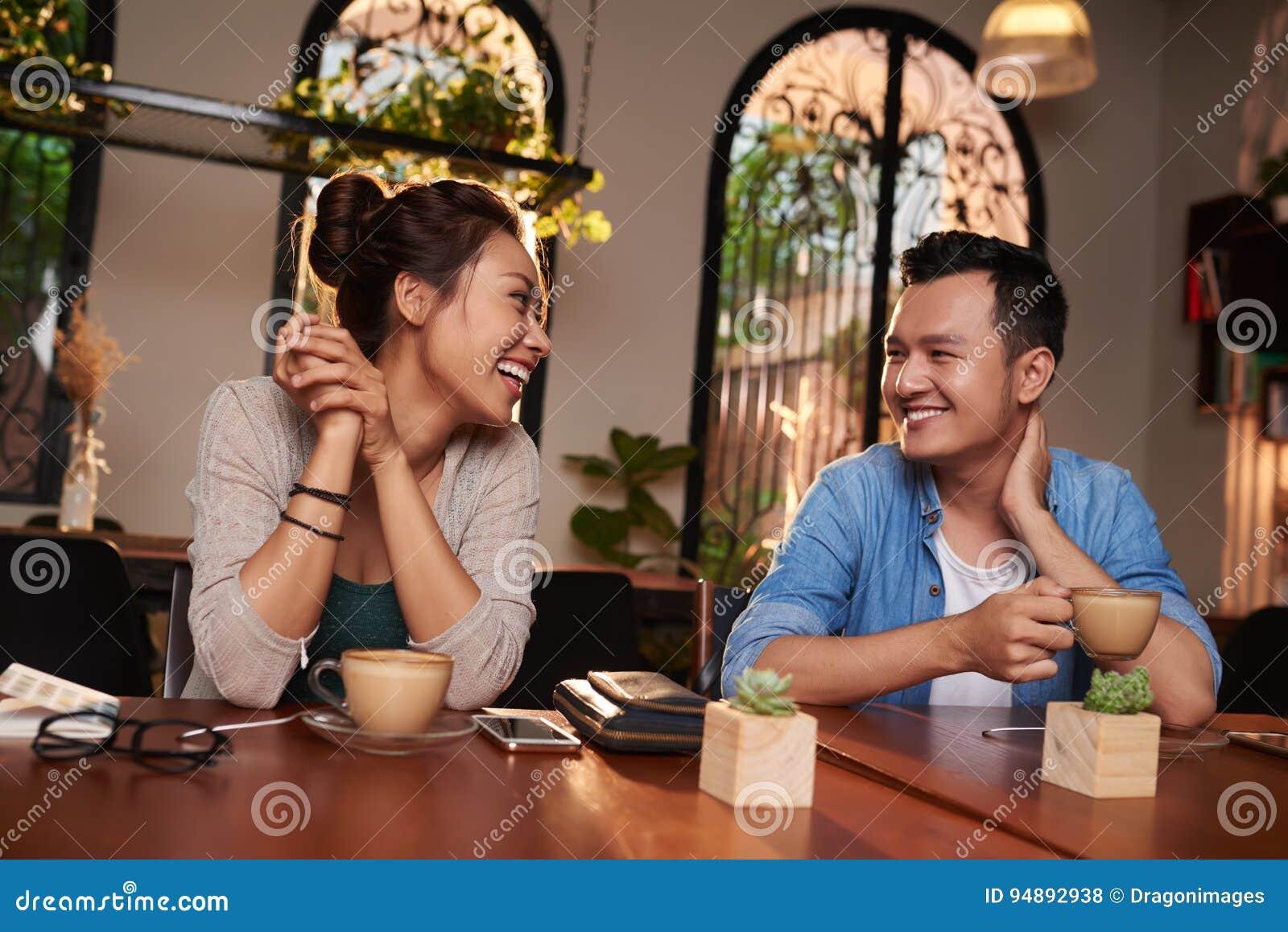 Giovani coppie che flirtano in caffè