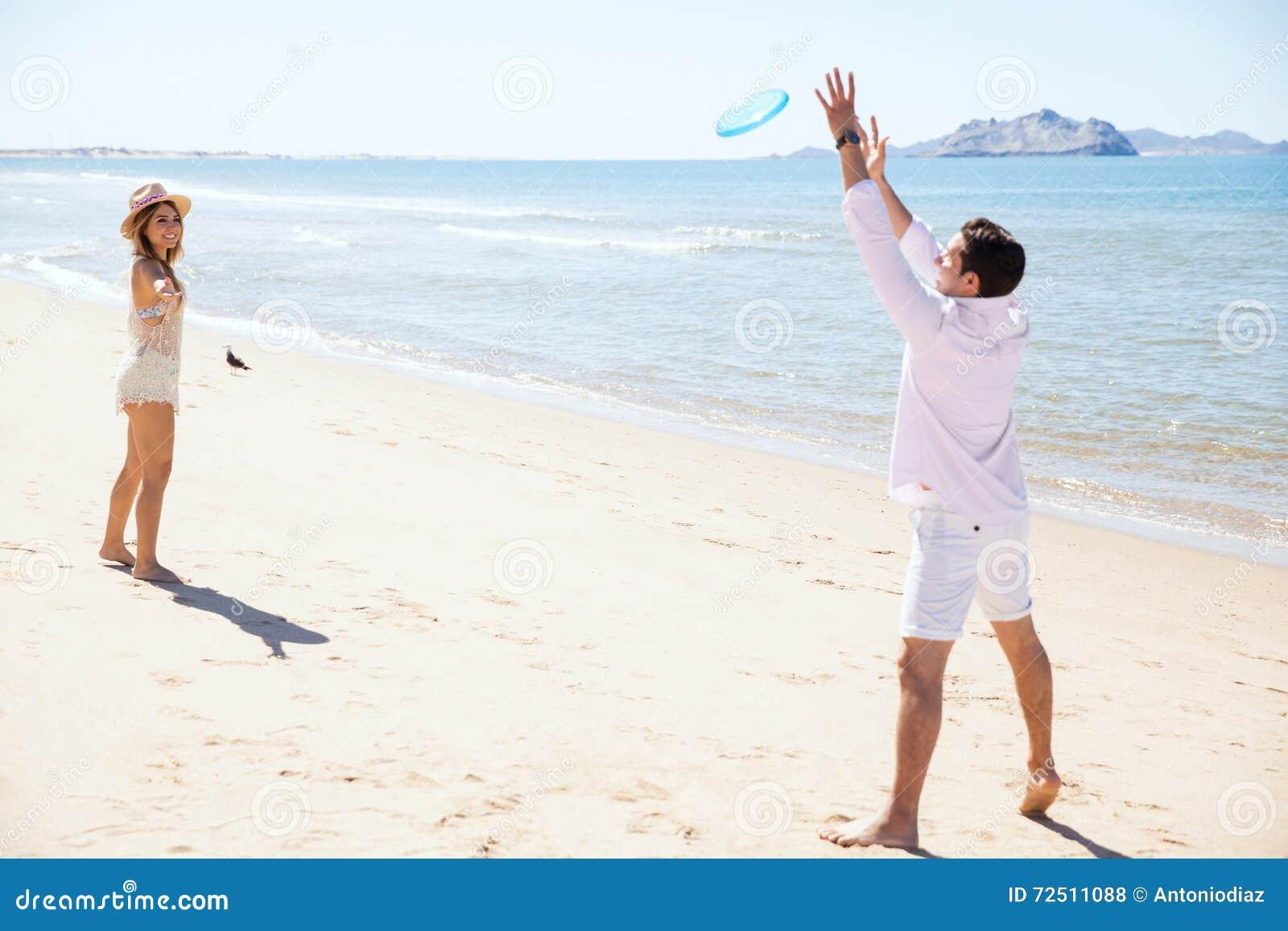 Giovani coppie che giocano con un disco di volo