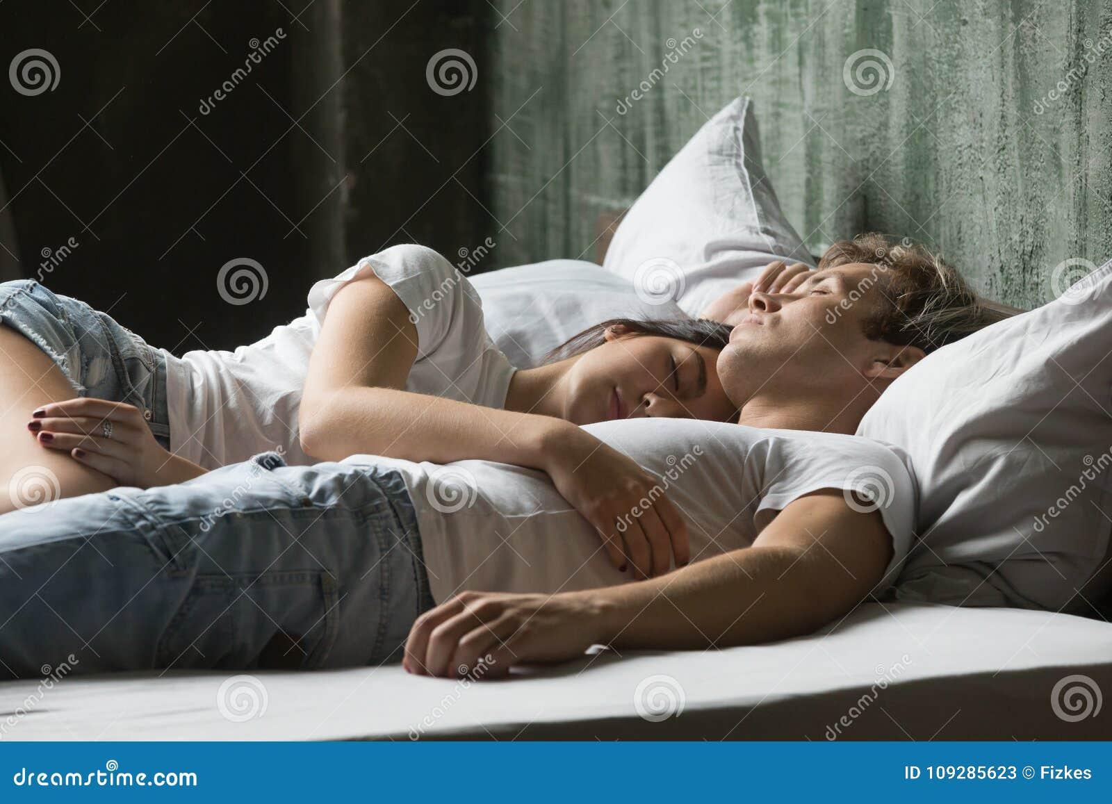 Giovani Coppie Che Godono Del Sonno Sul Giorno Che Si Trova A Letto ...