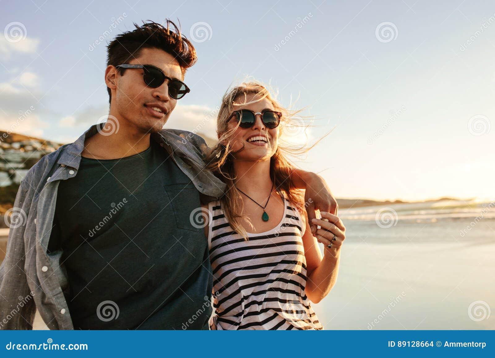 Giovani coppie che godono di un giorno di estate sulla spiaggia