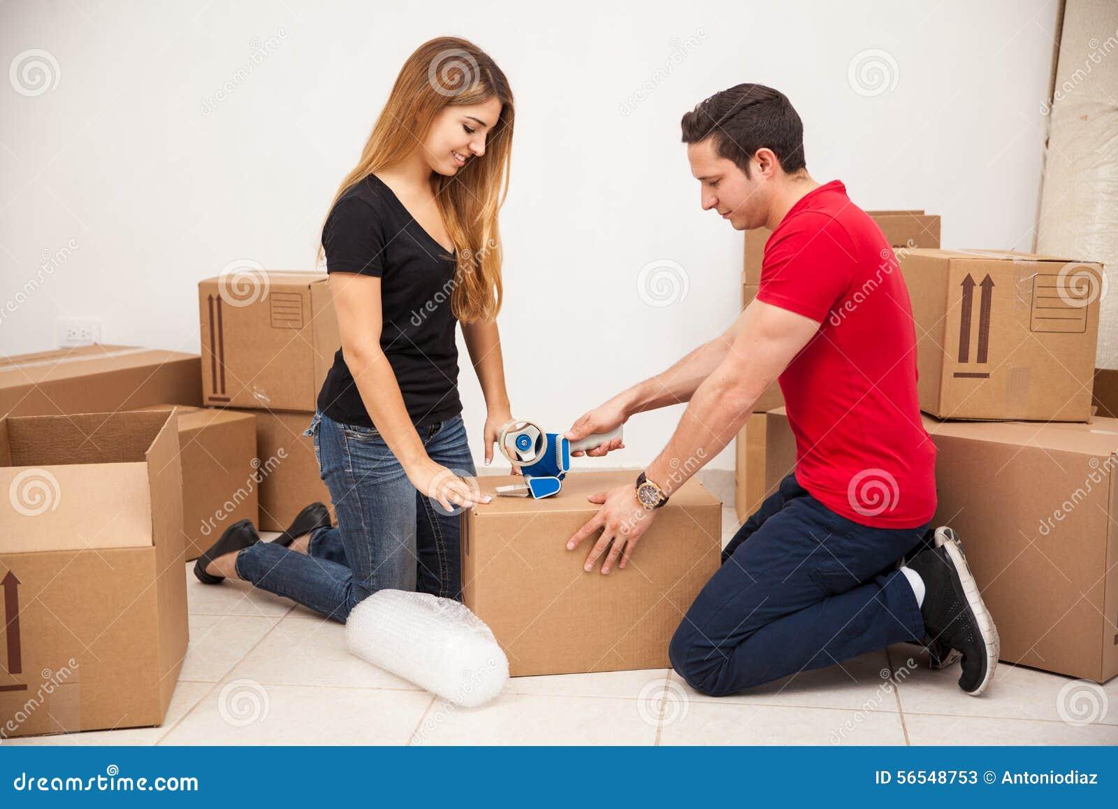 Giovani coppie che imballano alcune scatole