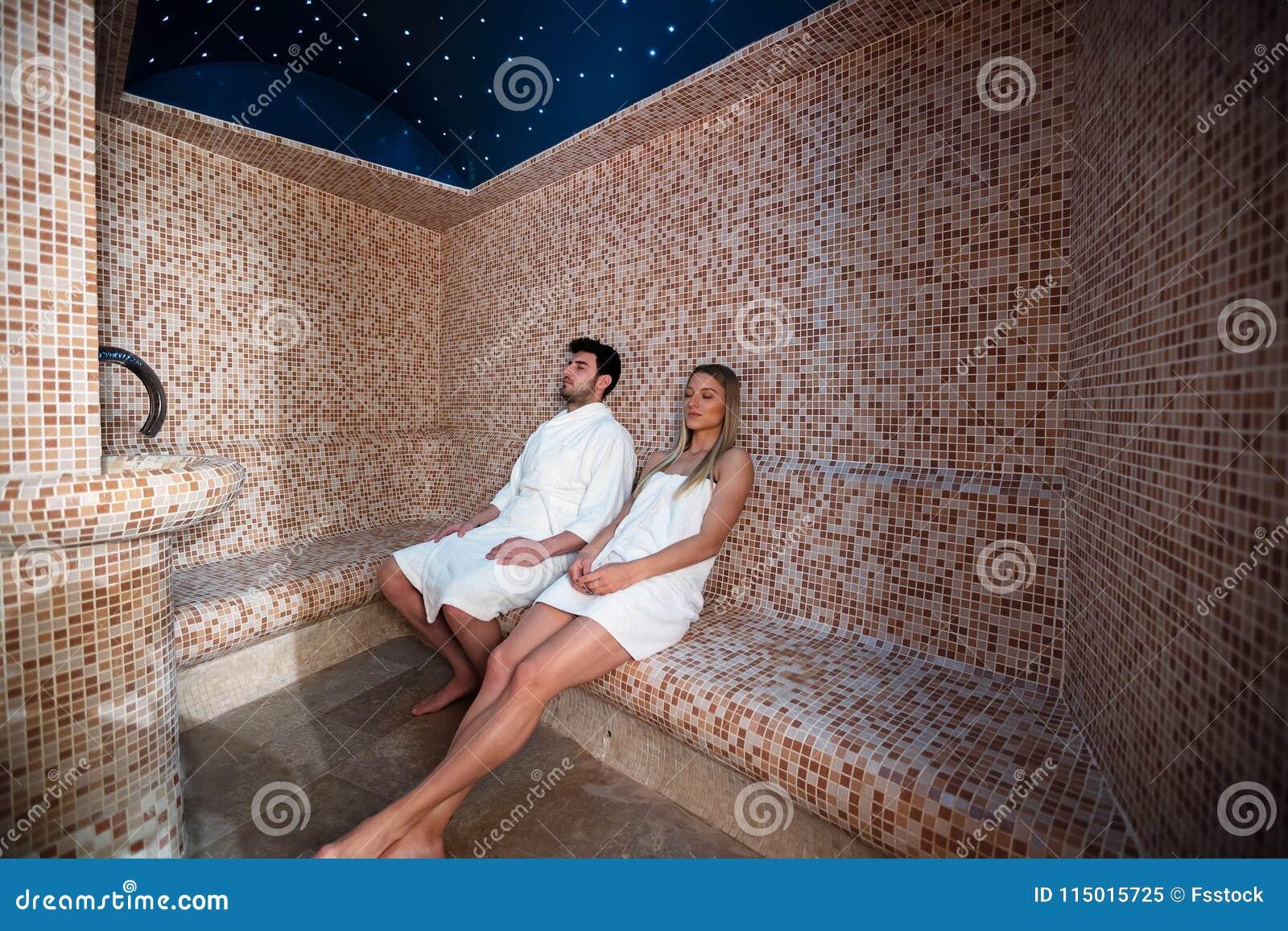 Giovani Coppie Che Si Rilassano Dentro Il Bagno Turco Di Sauna