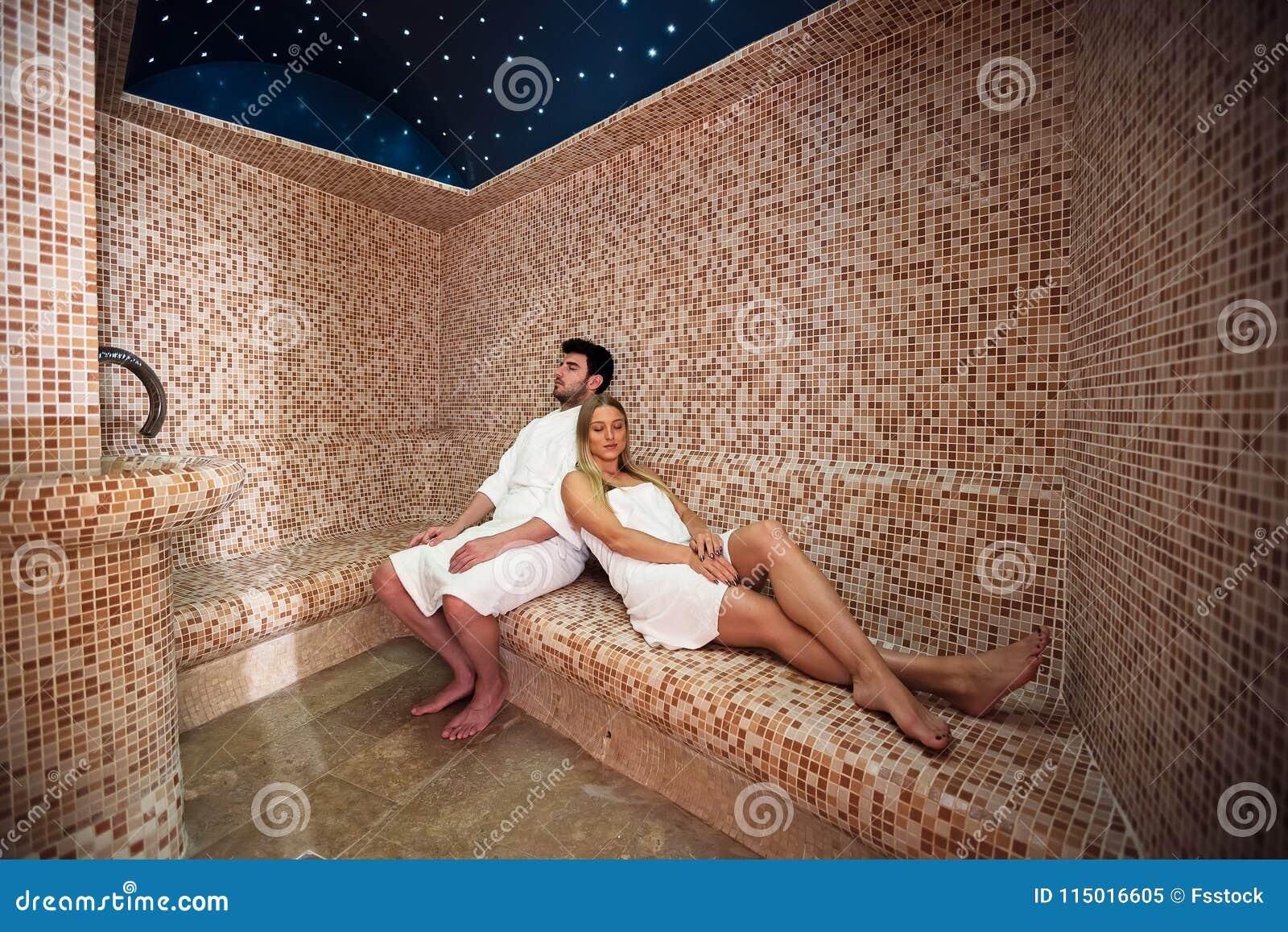Bagno Romantico In Due giovani coppie che si rilassano dentro il bagno turco di