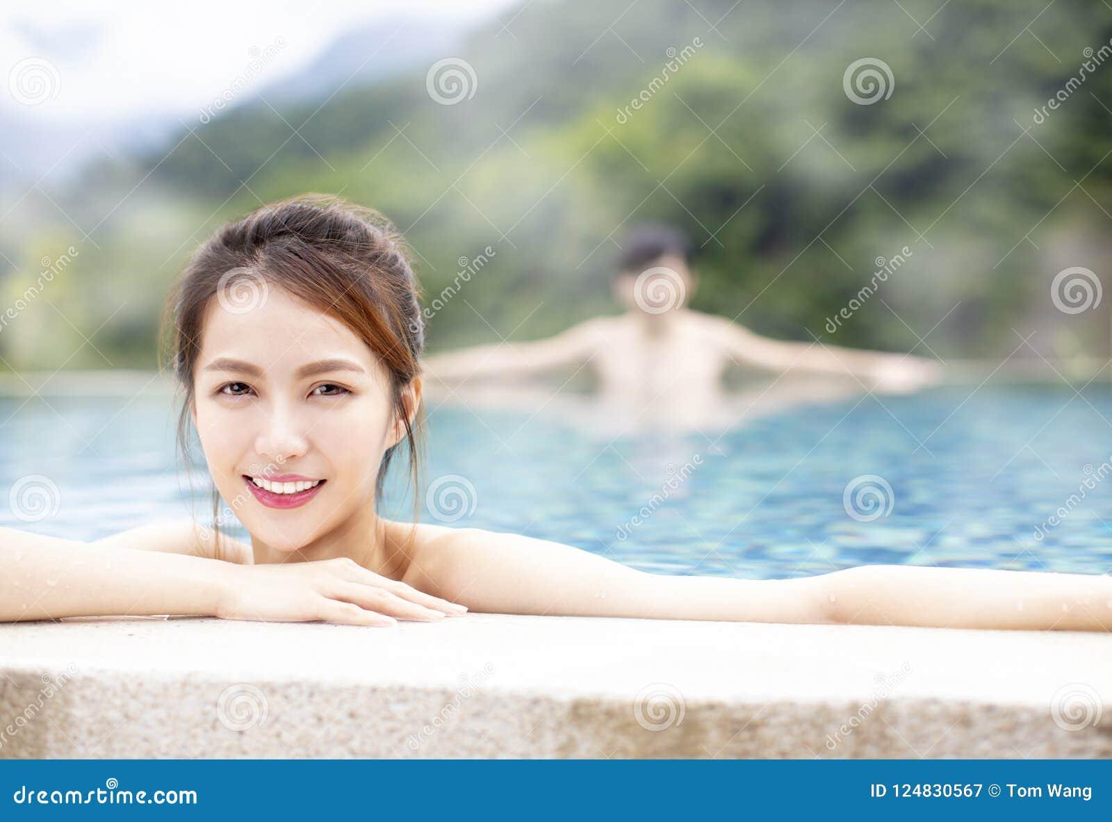 Giovani coppie che si rilassano in sorgenti di acqua calda