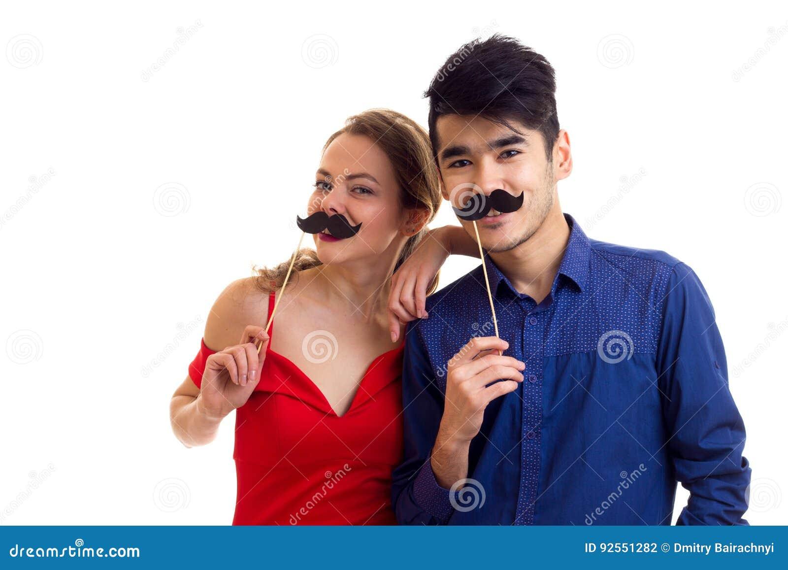 Giovani coppie con i bastoni del cartone