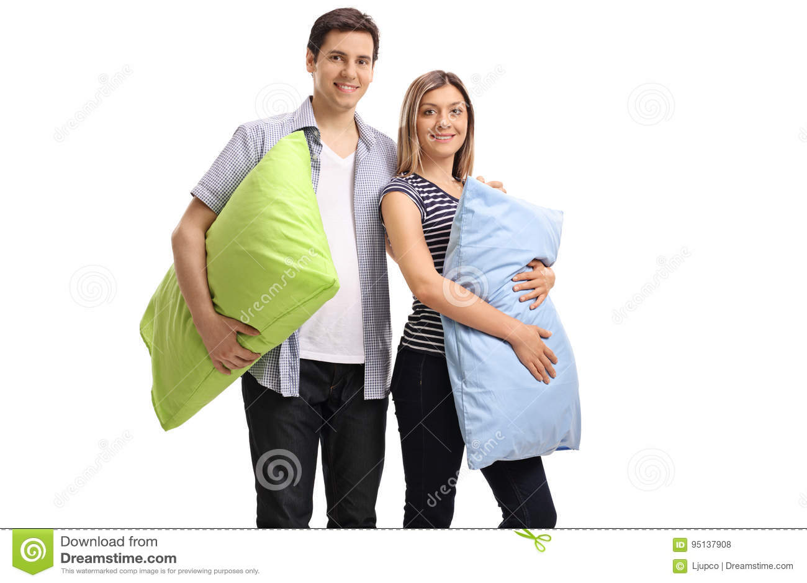 Giovani coppie con i cuscini