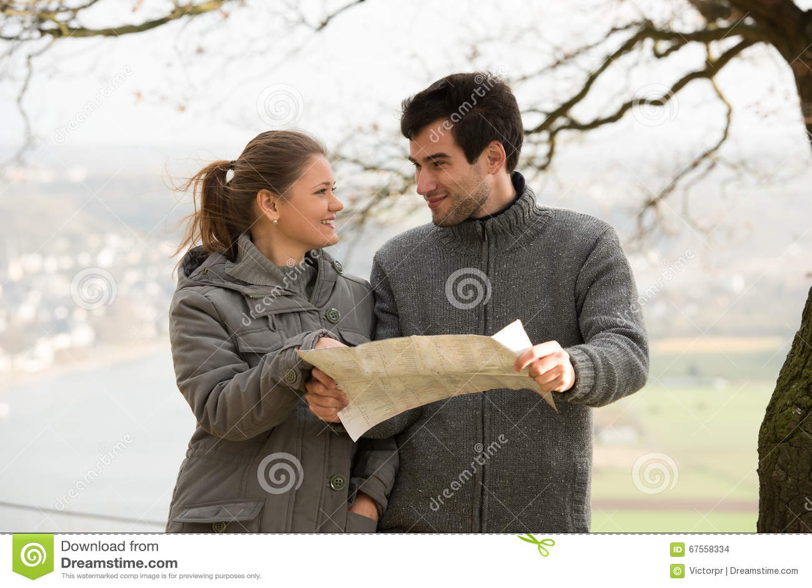Giovani coppie con la mappa