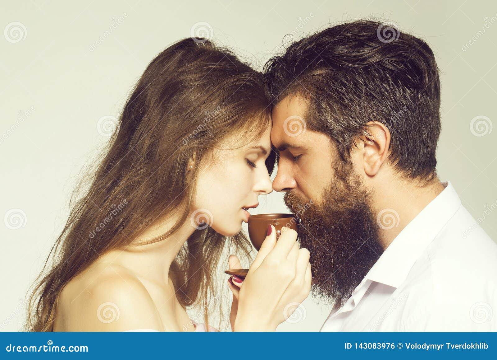 Giovani coppie con la tazza di caffè