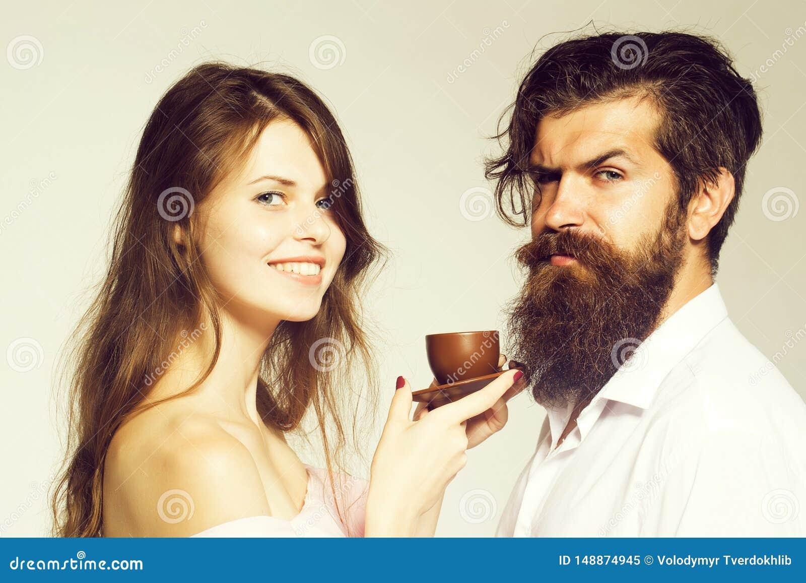 Giovani coppie con la tazza di caff?