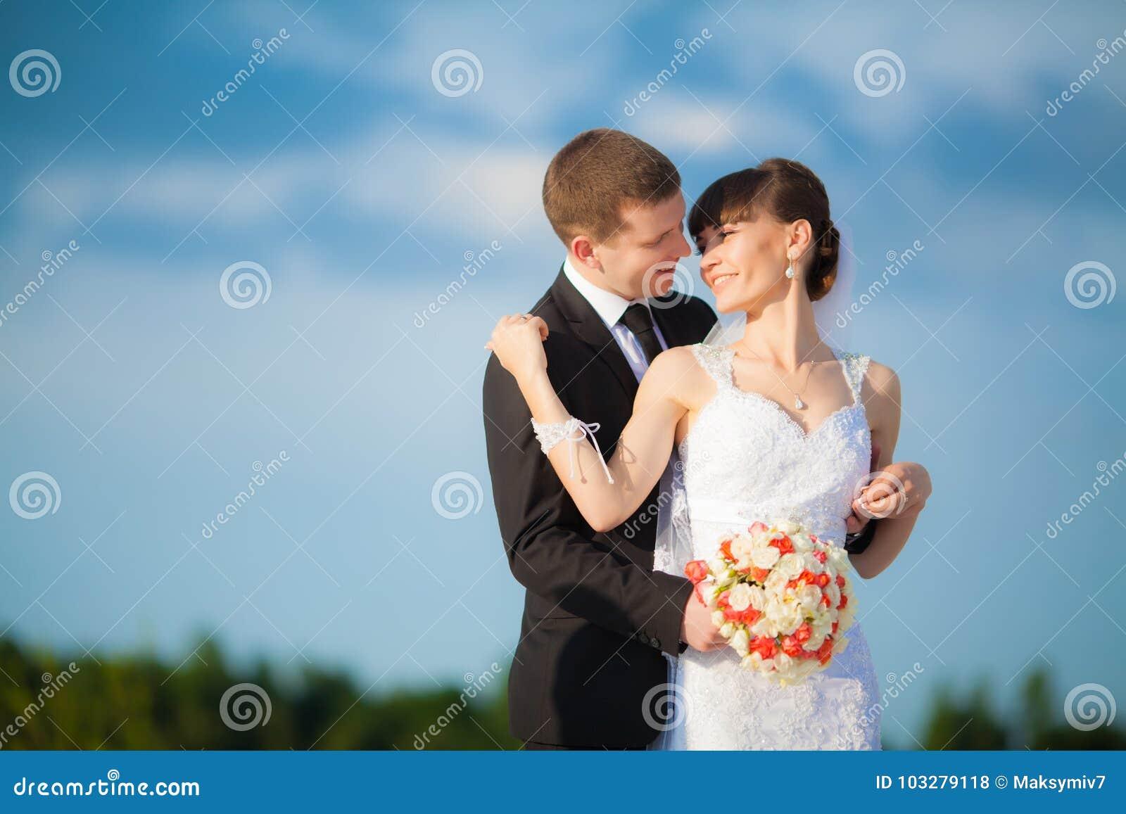 Giovani coppie di nozze - wed di recente lo sposo e la sposa che posano il outdoo